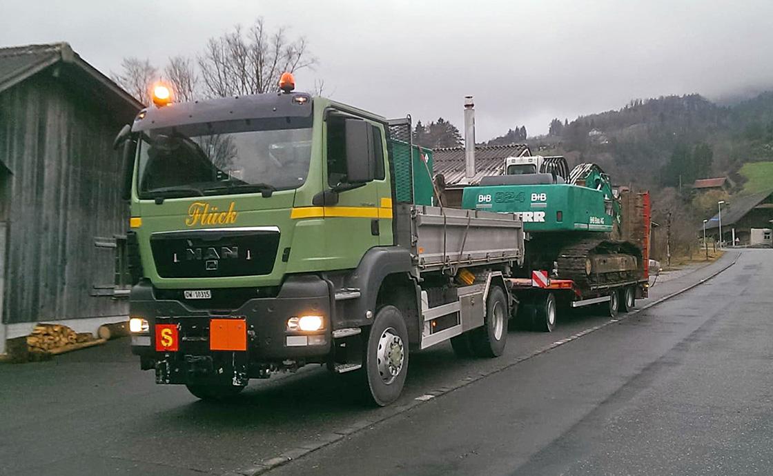 https://www.abaecherli-transport.ch/wp-content/uploads/2020/02/Maschinentransporte_3-Achs_Tiefganganhaenger_web-5.jpg